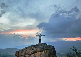 زندگی نه برای چیزی که میدانید، بلکه برای چیزی که انجام میدهید به شما پاداش میدهد